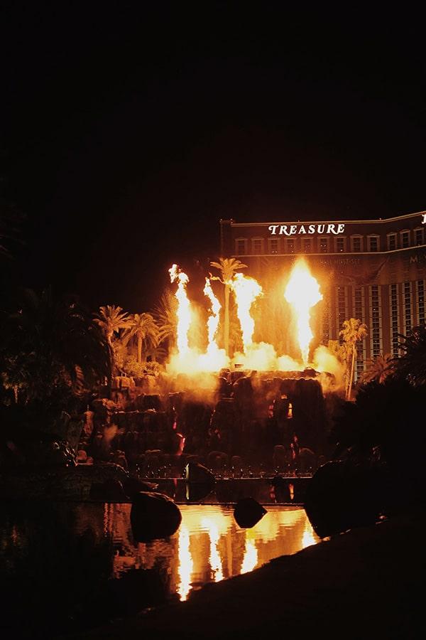 Vulkan-Show vor dem Mirage